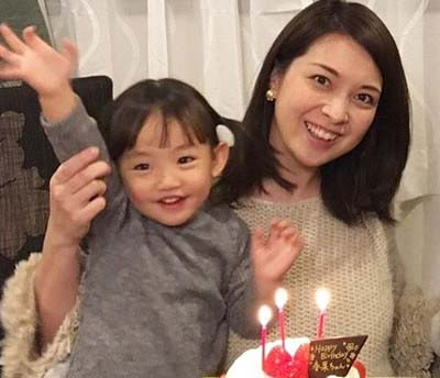 鷲尾春果さんと子供の画像