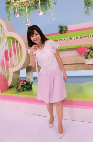 淡いピンクの衣装を着たズームインでの滝菜月